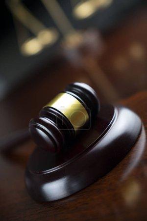 Photo pour Concept juridique. Le marteau du juge et l'échelle de la justice. - image libre de droit