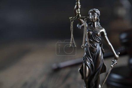 Photo pour Droit et justice, statue de Themis et échelle de la bibliothèque de la cour - image libre de droit