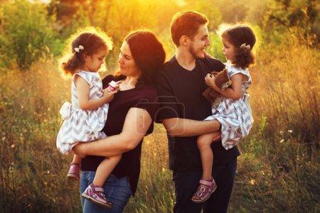 Photo pour Joyeux jeune famille avec deux enfants à l'extérieur - image libre de droit