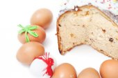 Vágott sütemény és a húsvéti tojások száma a fehér háttér