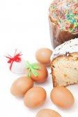 Dva velikonoční a vejce na bílém pozadí