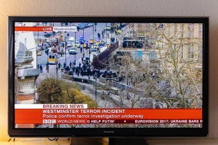 Photo pour PARIS, FRANCE - 22 MARS : BBC News chaîne de télévision relatant en direct du pont de Westminster après l'incident armé du 22 mars 2017 à Londres, Angleterre. Un policier a été poignardé près du Parlement britannique et l'agresseur présumé a été abattu par - image libre de droit