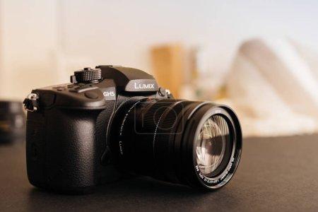 Photo pour PARIS, FRANCE - 9 AVRIL 2017 : voir détail du Panasonic Lumix DMC-GH5 - et Leica Vario-Elmarit 12-60 Micro Four Thirds System caméra numérique fixe et vidéo avec capacité d'enregistrement vidéo 4K 10 bits . - image libre de droit