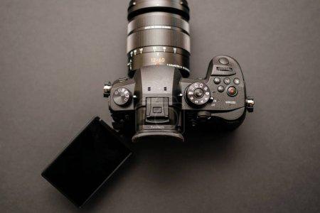 Photo pour PARIS, FRANCE - 9 AVRIL 2017 : Détail à écran inclinable du Panasonic Lumix DMC-GH5 - et Leica Vario-Elmarit 12-60 Micro Four Thirds System caméra numérique fixe et vidéo avec capacité interne d'enregistrement vidéo 4K 10 bits . - image libre de droit
