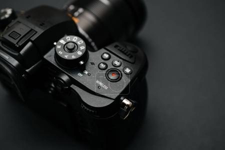 Photo pour PARIS, FRANCE - 9 AVRIL 2017 : Détail de la vue à bouton sans fil du Panasonic Lumix DMC-GH5 - et Leica Vario-Elmarit 12-60 Micro Four Thirds System caméra numérique fixe et vidéo avec capacité interne d'enregistrement vidéo 4K 10 bits . - image libre de droit