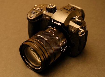 Photo pour PARIS, FRANCE - 9 AVRIL 2017 : Sepia voir le détail du Panasonic Lumix DMC-GH5 - et Leica Vario-Elmarit 12-60 Micro Four Thirds System caméra numérique fixe et vidéo avec capacité interne d'enregistrement vidéo 4K 10 bits . - image libre de droit