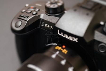 Photo pour PARIS, FRANCE - 9 AVRIL 2017 : Détail de la vue de face couleur du Panasonic Lumix DMC-GH5 - et Leica Vario-Elmarit 12-60 Micro Four Thirds System caméra numérique fixe et vidéo avec capacité interne d'enregistrement vidéo 4K 10 bits . - image libre de droit