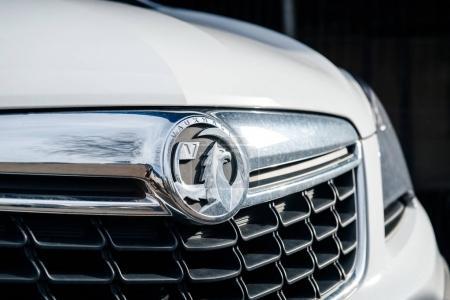 Photo pour Bristol Royaume Uni - 7 mars 2017: Vauxhall logo insigne sur une voiture de luxe blanche. Le logo de Vauxhall est basé sur une créature mythique appelée le «Griffin» - Uk concessionnaire vente boutique - image libre de droit