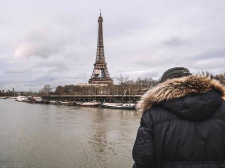 Photo pour Vue arrière d'un aîné parisien méconnaissable observez la Seine gonflée près de la Tour Eiffel les remblais déborder après des jours de fortes pluies - image libre de droit