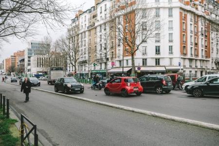 Photo pour PARIS, FRANCE - 30 JAN 2018 : Accident de voiture sur la rue Paris entre la luxueuse limousine Lancia Thesis et le scooter cyclomoteur transportant du sang de transfusion médicale - rue de Courcelles - image libre de droit