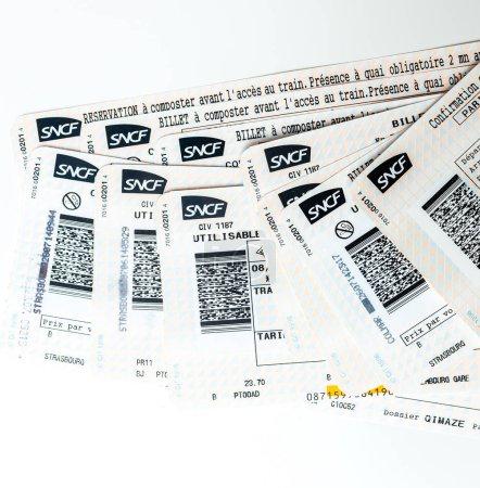 Foto de París, Francia - 14 de enero de 2015: Sncf Société nationale des chemins de fer francais billetes para tren visto desde arriba aleatoriamente disponen sobre una mesa - Imagen libre de derechos