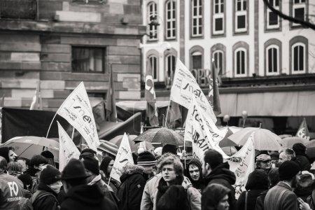 Photo pour Strasbourg, France - 22 mars 2018: Gens de démonstration protester contre chaîne Gouvernement Français Macron de réformes, mutiple des syndicats ont appelé les travailleurs du secteur public à la grève - noir et blanc - image libre de droit