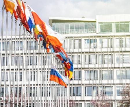 Photo pour Détails de tous les drapeaux et tricolore Russie battant Berne au Conseil de l'Europe comme un hommage et commémoration des victimes des incendies à Kemerovo centre commercial Zimnyaya Vishnya alkékenge. - image libre de droit