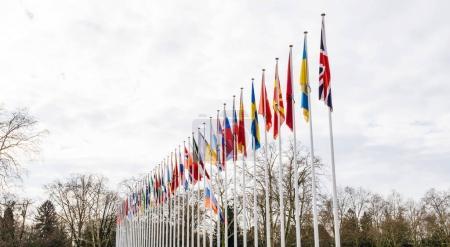 Photo pour Large tige du drapeau de la Russie en battant Berne au Conseil de l'Europe comme un hommage et commémoration des victimes des incendies à Kemerovo centre commercial Zimnyaya Vishnya alkékenge. - image libre de droit
