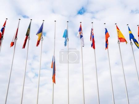 Photo pour Vue d'en bas du drapeau de la Russie en battant Berne au Conseil de l'Europe comme un hommage et commémoration des victimes de l'incendie du centre commercial Zimnyaya Vishnya alkékenge Kemerovo. - image libre de droit