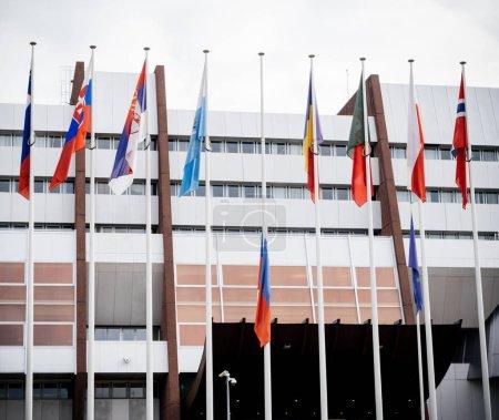 Photo pour Drapeau de la Russie en battant Berne au Conseil de l'Europe comme un hommage et commémoration des victimes de l'incendie du centre commercial Zimnyaya Vishnya alkékenge Kemerovo. - image libre de droit