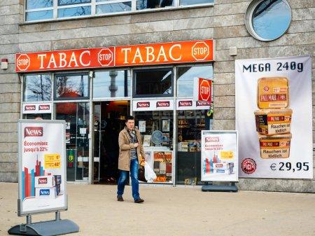 Photo pour Kehl, Allemagne - 29 mars 2018: homme sortie allemande taback boutique offre moins cher qu'en France cigarettes et le tabac dans la ville de Kehl, Allemagne 4 km de la France - image libre de droit