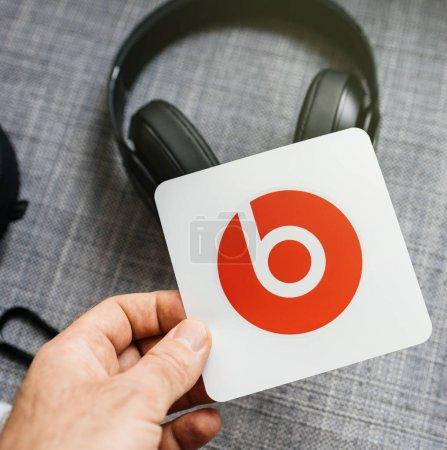 Photo pour PARIS, FRANCE - MAR 31, 2018 : Un homme déboxe de nouveaux Apple Beats By Dr Dre Beats Studio 3 Casques sans fil avec Pure Adaptive Noise Canceling Pure ANC - tenant l'autocollant fourni - image libre de droit