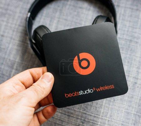 Photo pour PARIS, FRANCE - MAR 31, 2018 : Un homme déboxe de nouveaux Apple Beats By Dr Dre Beats Studio 3 Casques sans fil avec Pure Adaptive Noise Canceling Pure ANC - manuel d'instructions - image libre de droit