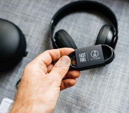 Photo pour PARIS, FRANCE - MAR 31, 2018 : Un homme déboxe de nouveaux Apple Beats By Dr Dre Beats Studio 3 Casques sans fil avec Pure Adaptive Noise Canceling Pure ANC - maintien d'un câble de charge rapide charge de 10 minutes - image libre de droit