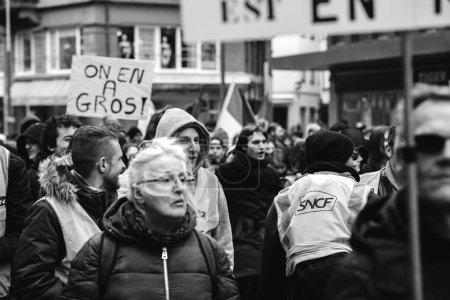 Photo pour Strasbourg, France - 22 mars 2018: démonstration protester contre chaîne Gouvernement Français Macron de réformes, syndicats de mutiple appelés les travailleurs du secteur public à la grève - noir et blanc - image libre de droit