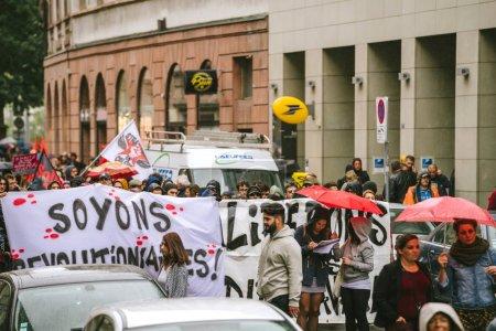 Photo pour Strasbourg, France - Sep 12, 2018: Soyons bannière révolutionnaire plaque à jour Français à l'échelle nationale de protestation contre la réforme du travail proposée par Emmanuel Macron gouvernement - image libre de droit