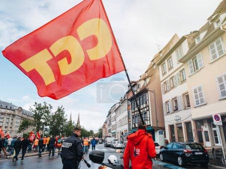 Photo pour Strasbourg, France - 12 Sep, 2018: L'homme avec le drapeau de la Cgt sur la rue lors d'une journée en Français à l'échelle nationale de protestation contre la réforme du travail proposée par Emmanuel Macron gouvernement - image libre de droit