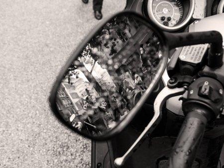 Photo pour Strasbourg, France - Sep 12, 2018: Réflexion de foule en moto cyclomoteur miroir lors d'une journée en Français à l'échelle nationale de protestation contre la réforme du travail proposée par Emmanuel Macron gouvernement - noir et blanc - image libre de droit