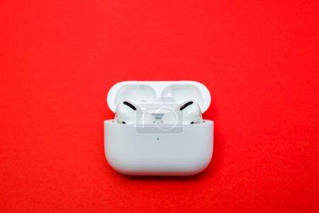 Photo pour Paris, France - 30 oct. 2019 : Gros plan macro des nouveaux écouteurs Airpods Pro d'Apple Computers avec Annulation de bruit actif pour le son immersif dans la vue avant du boîtier de chargement sans fil. - image libre de droit