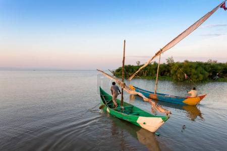 Photo pour Les pêcheurs du lac Victoria se rendent au robot et sur la rive, ils attendent des femmes - image libre de droit