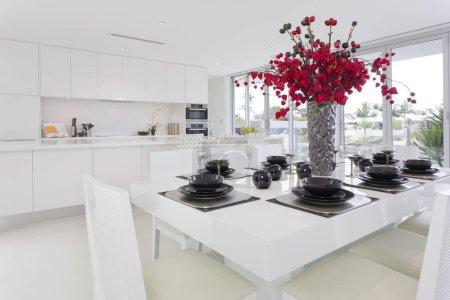 Photo pour Salle à manger et cuisine chez élégant australien - image libre de droit