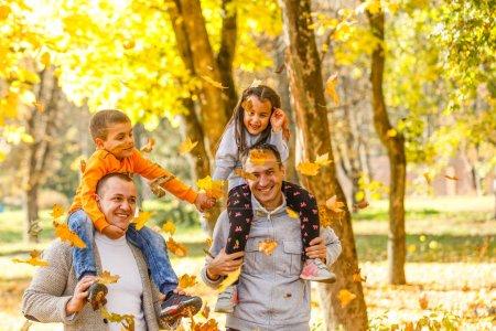 Photo pour Famille avec deux enfants dans le parc d'automne - image libre de droit