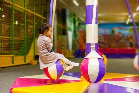 Foto de Niño saltando en el colorido trampolín patio. Los niños saltan en el castillo inflable del rebote en la fiesta de cumpleaños del jardín de infantes Actividad y centro de juego para el niño pequeño - Imagen libre de derechos