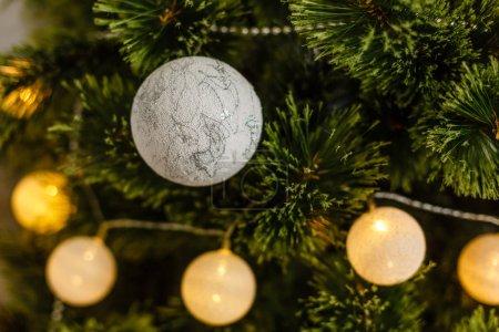 Photo pour Décoration de Noël de forme boule en arbre réel - image libre de droit