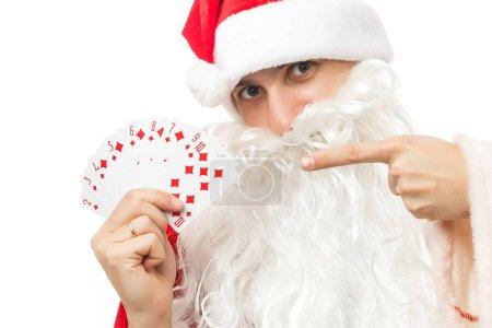 Photo pour Santa tenant des cartes à jouer, isolées sur blanc - image libre de droit