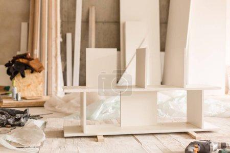 Photo pour Pièces d'assemblage de meubles et d'outils pour les meubles de l'assemblage, sur le plancher. - image libre de droit