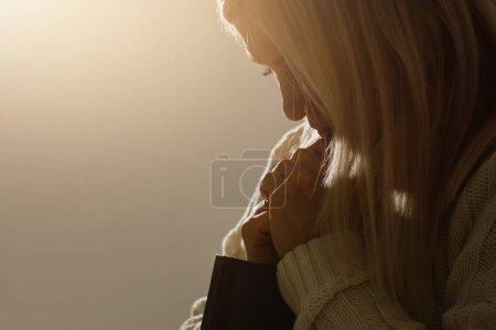 Photo pour Des mains de femme priant Dieu avec la bible. Femme Priez pour que Dieu bénisse de souhaiter une vie meilleure. implorant le pardon et croire en la bonté. Vie chrétienne crise prière à Dieu . - image libre de droit