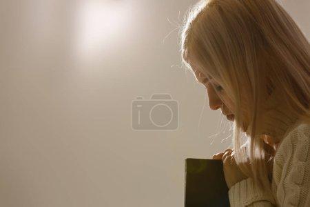Photo pour Woman hands praying to god with the bible. Woman Pray for god bl - image libre de droit