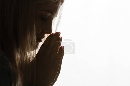 Photo pour Fille religieuse priant sur le fond - image libre de droit