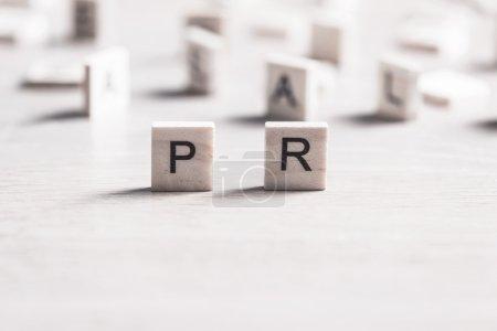Photo pour PR mot conceptuel recueilli des éléments en bois avec les lettres - image libre de droit
