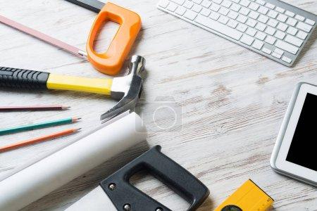 Photo pour Ensemble d'outils industriels et tablette sur surface en bois - image libre de droit