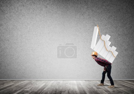 Photo pour Jeune homme bâtisseur portant un graphique croissant sur son dos. Ingénieur homme porter graphique de progression - image libre de droit