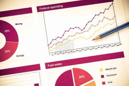 Photo pour Tableaux et graphiques des ventes comme symbole du succès de l'entreprise. Business nature morte concept - image libre de droit