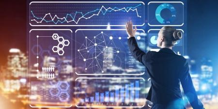 Photo pour Vue arrière de la femme d'affaires travaillant avec panneau virtuel et de la ville de nuit, au fond, l'interaction sociale et concept de connexion - image libre de droit