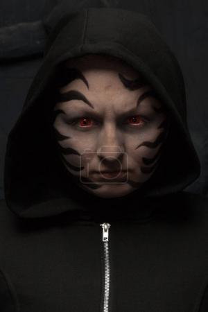 Foto de Persona de monstruo de halloween miedo sobre fondo negro studio - Imagen libre de derechos