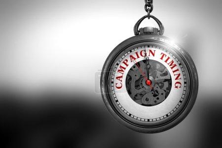 Photo pour Regarder avec texte Timing campagne sur le visage. Business Concept: Campagne de chronométrage sur Pocket Vintage cadran avec vue proche du mécanisme d'horlogerie. Effet vintage. rendu 3D. - image libre de droit