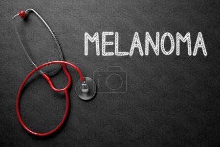 Photo pour Concept médical: Le tableau noir avec le mélanome. Concept médical: Le mélanome - texte sur un tableau noir avec stéthoscope rouge. rendu 3D. - image libre de droit