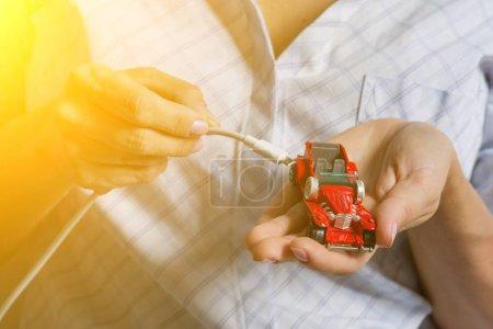 Foto de Coche eléctrico está conectado - Ev concepto de transporte - Imagen libre de derechos