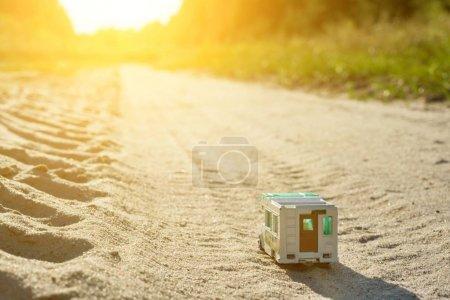 Photo pour Voiture de jouet caravane rétro - un symbole de voyage de vacances en famille, un voyage en camping-car - image libre de droit