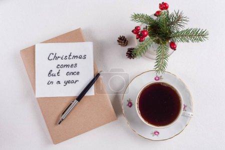 Wesołe życzenia świąteczne lub życzenia - odręczny tekst z życzeniami na serwetce - Boże Narodzenie jest tylko raz w roku